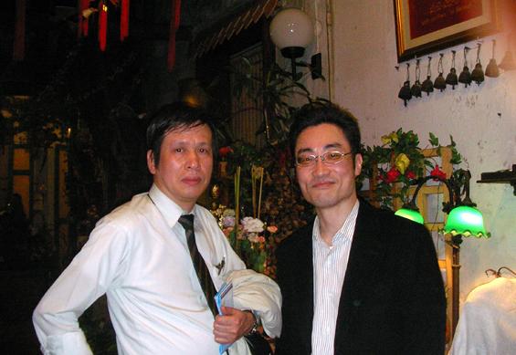 地元のタイレストランにて。長崎大の吉田教授と