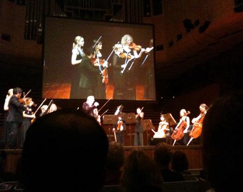 オペラハウス内の演奏会場での11人編成のアンサンブル