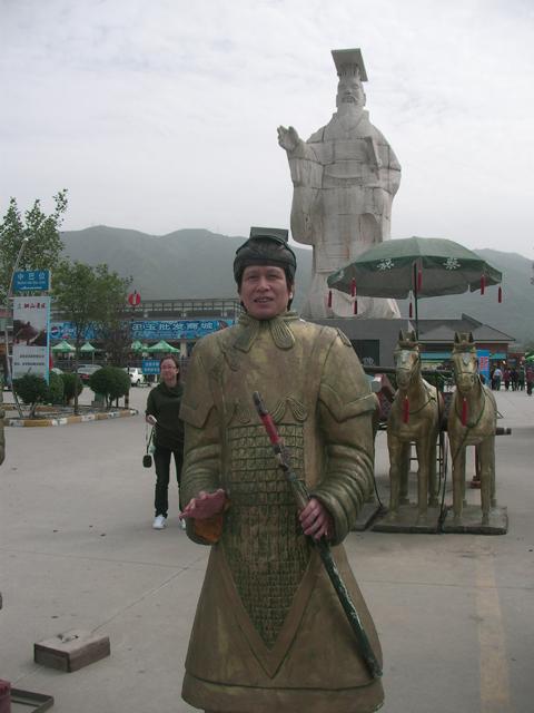 入り口付近にて、、、、意外と似合ってる、、、、、? ちなみにこれも有料でした。 私の後ろが秦の始皇帝です。