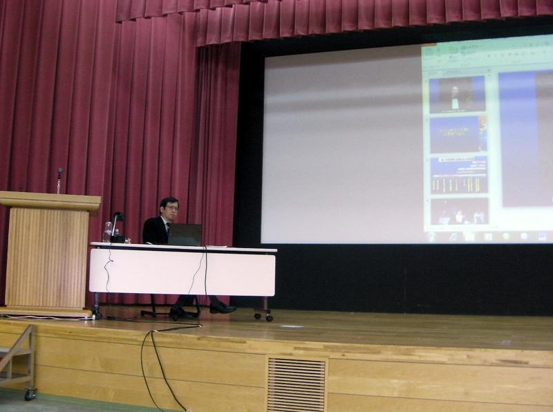 講演中の私。1日講演の長丁場なので、着席して話をさせて頂いた。