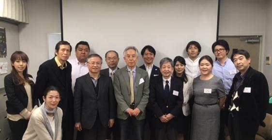 左から村上・岡・池上所長。  中央の黄色いネクタイの先生が白須賀先生です。