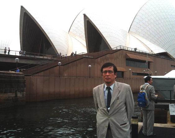 シドニーの有名なオペラハウスの前にて。