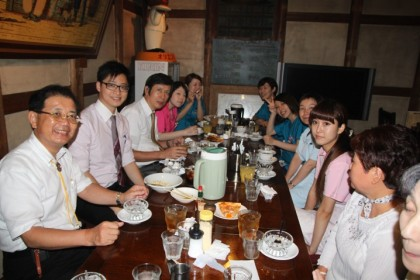 8月6日に開いた歓迎昼食会。院長の手前 (左側の前から2番目)がDr. Yeung。